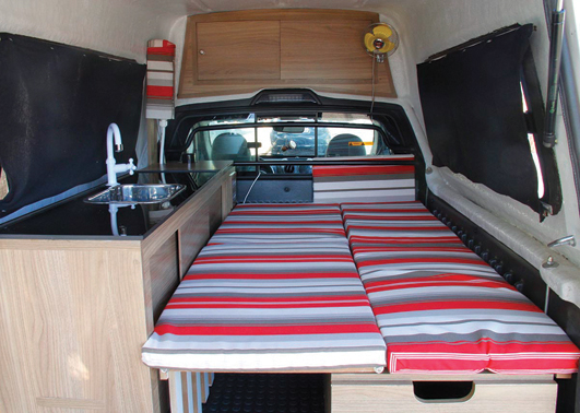 DÍnis Correa Vivan- com seu Carro adaptado com cama , pia,