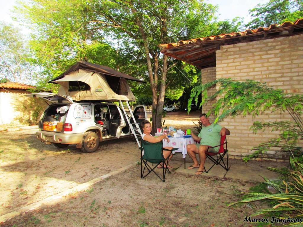 acampando-no-estacionamento-do-hotel-em-7-cidades