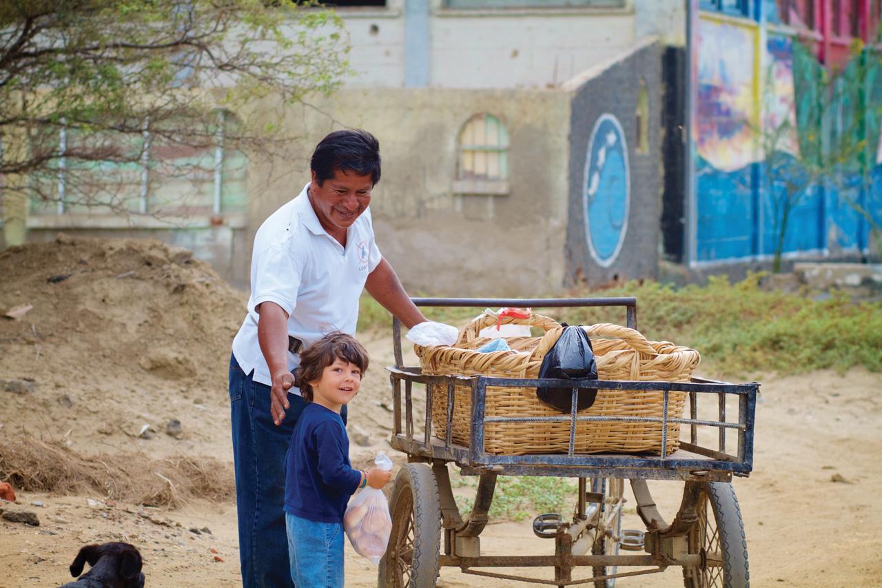 Comprando pão em Praia de Lobitos, Peru.