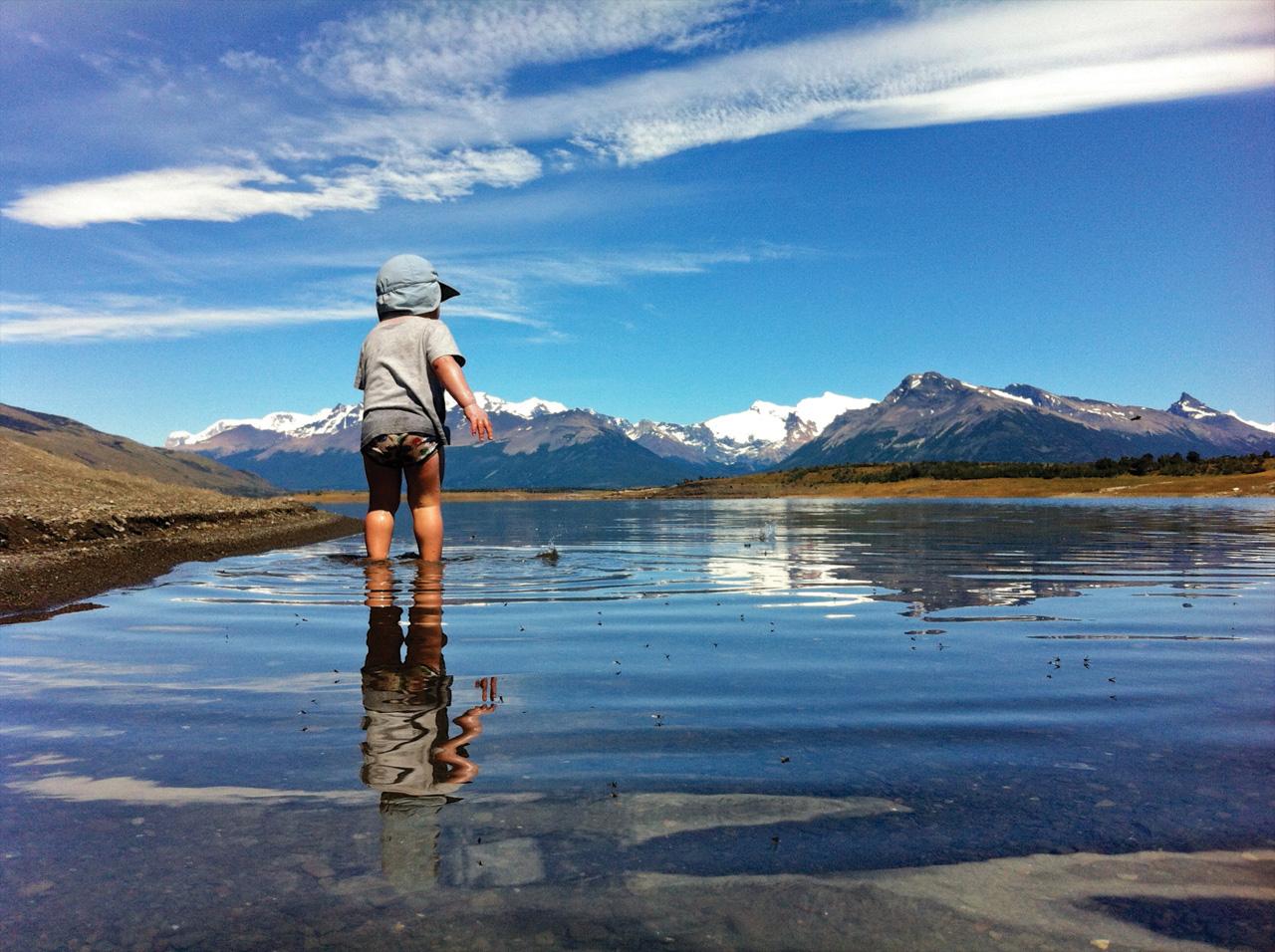 Procurando peixes no Lago Roca, Parque Nacional Los Glaciares, Argentina