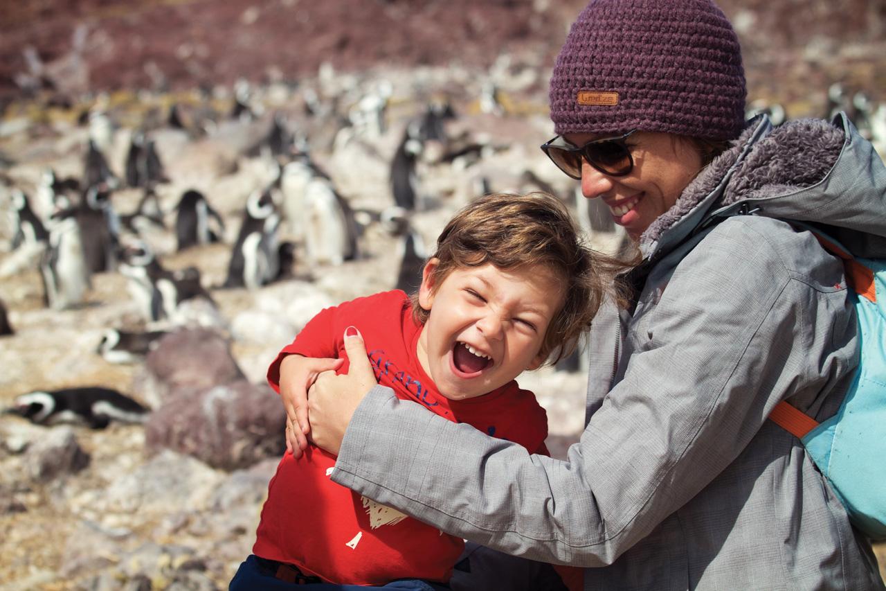 Feliz por estar rodeado de milhares de pinguins de sobrancelha amarela, isla de los pe Pinguinos, Patagônia Argentina.