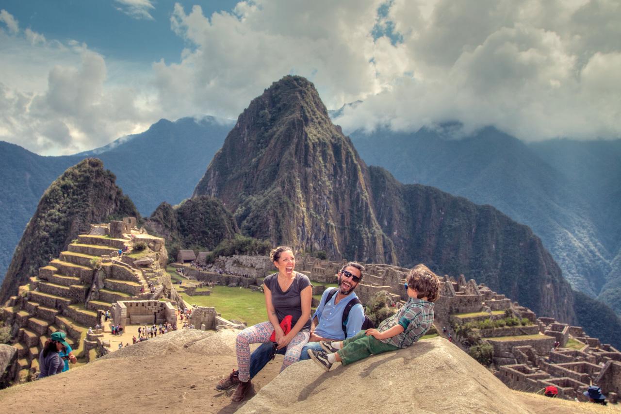 Felizes por visitar Machu Pichu, Machu Pichu, Peru.